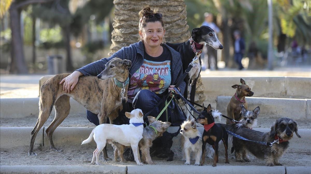 Maria Alemany, con sus diez perros en un parque.