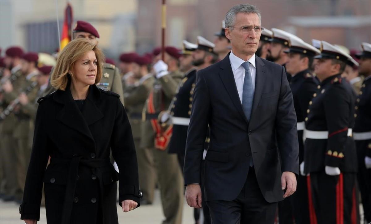 María Dolores de Cospedal recibe al secretario general de la OTAN, Jens, Stoltenberg, este jueves en la base de Torrejón de Ardoz (Madrid).