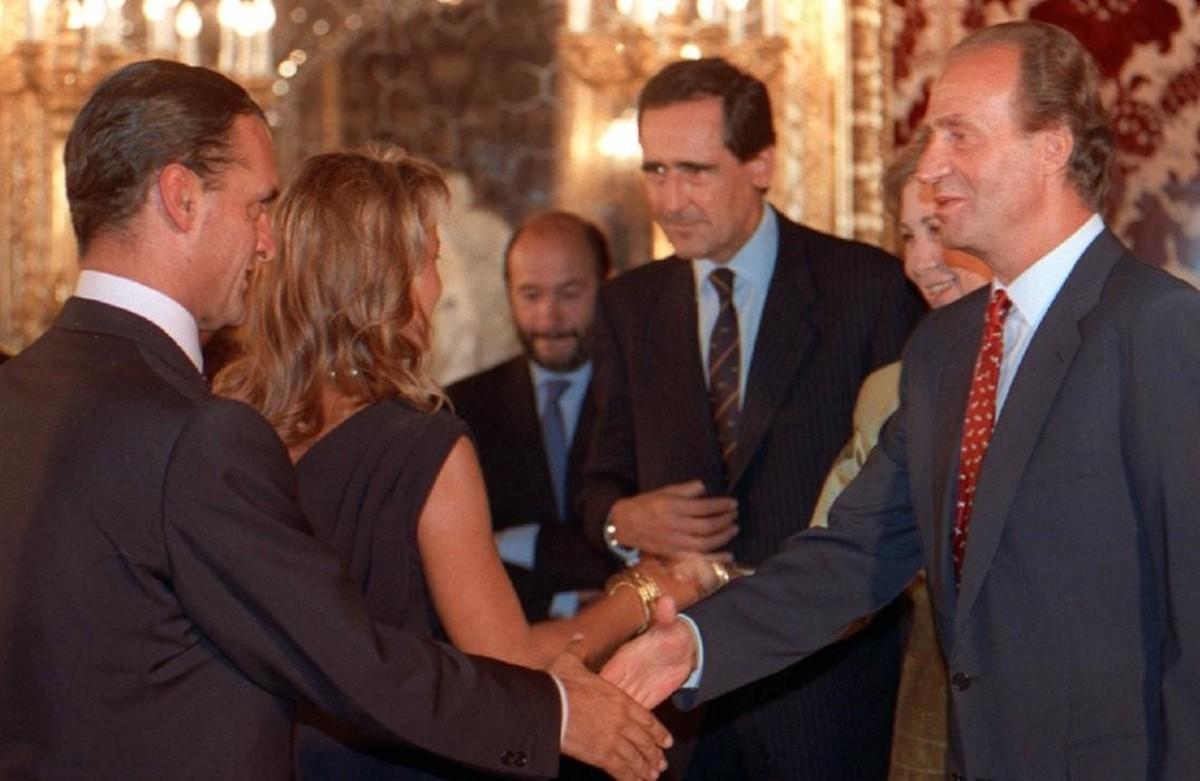 Mario Conde con el rey Juan Carlos durante una audiencia concedida por el monarca en Madrid, en noviembre de 1995.