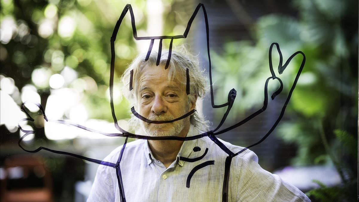 Mariscal, con un Cobi recién dibujado en la puerta de cristal de su estudio de Palo Alto, en el Poblenou de Barcelona.