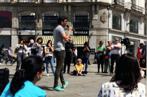 Daniel Guío, de 23 años, alumno de la Universidad Rey Juan Carlos, explica su Trabajo Final de Máster en la Puerta del Sol como parte de las protestas de estudiantes y profesores por el caso Cifuentes.