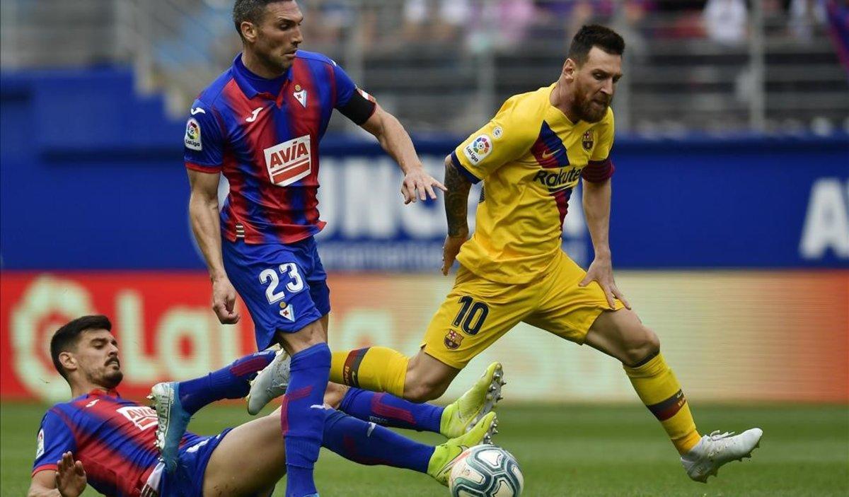 Messi desborda a dos jugadores del Eibar en el partido del sábado.