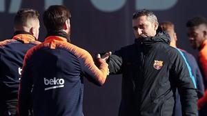 Messi y Valverde se saludan en el inicio del entrenamiento.