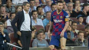 Messi vuelve al campo tras ser atendido ante la mirada de Valverde.