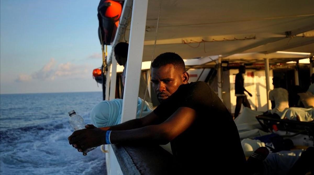 Un migrante en la cubierta del Open Arms.