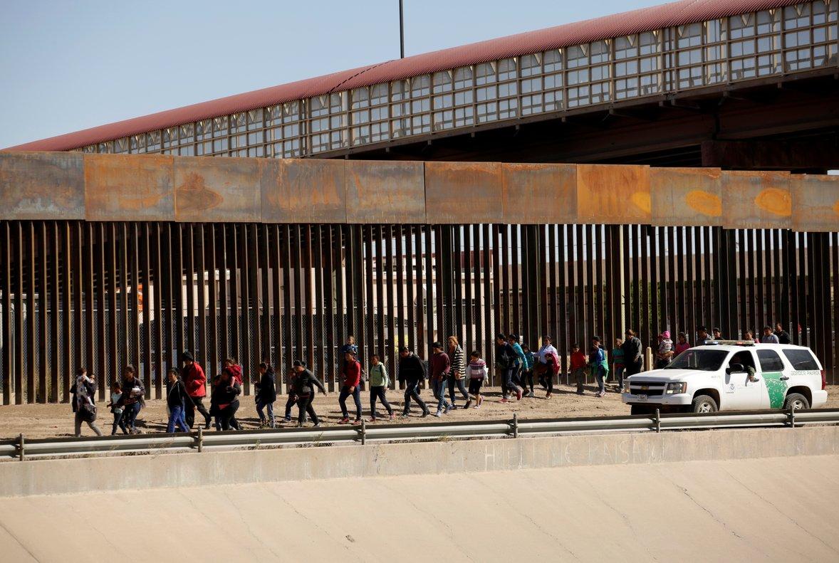 Oficiales migratorios de los Estados Unidos vigilan a los detenidos.