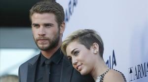 Una imagen de archivo e Miley Cyrus con su novio, el actor Liam Hemswort.