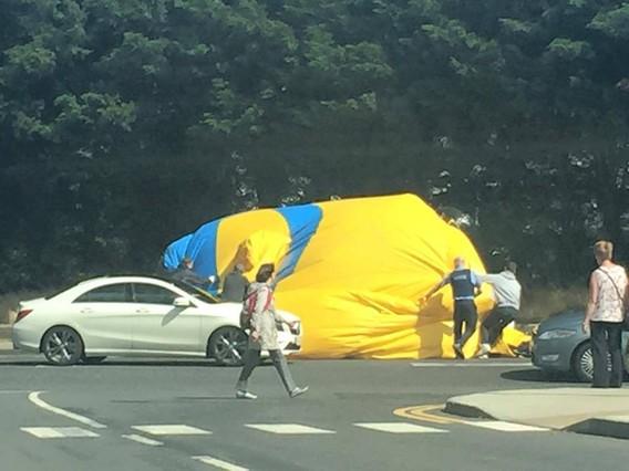 Varias personas intentan desinflar y mover el Minion.