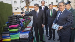 El ministro del Interior, Juan Ignacio Zoido, da a conocer los resultados de una operación policial contra el narcotrafico en el puerto de Valencia.