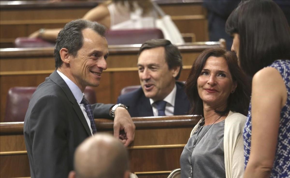 El ministro Pedro Duque conversa con la ministra María Jesús Montero, durante un pleno en el Congreso.