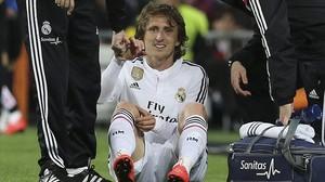 Modric es lamenta de la lesió soferta davant el Màlaga al Bernabéu,dissabte.
