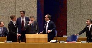Momento en que el ministro Bruno Brunis se desmaya en Parlamento holandés.