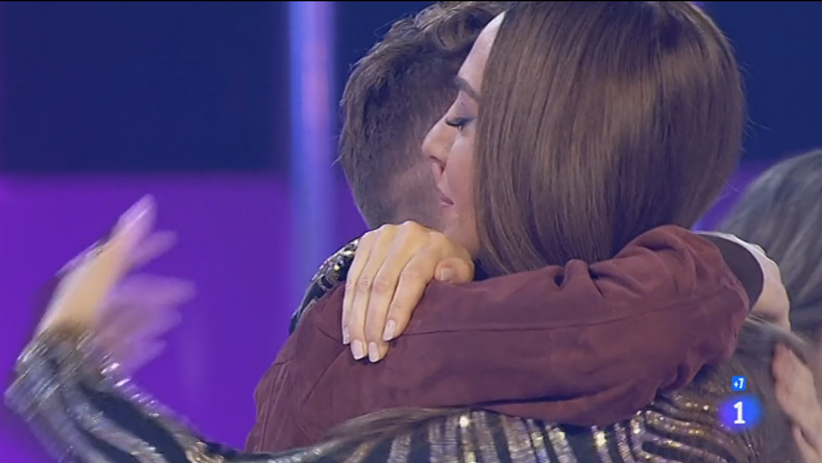 Mónica Naranjo abraza a Raoul en 'OT'.