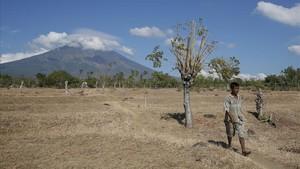 El monte Agung, visto desde el pueblo de Datah, en Karangasem (Bali), el 26 de septiembre.