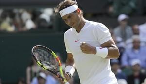 Nadal celebra un punto en su debut en Wimbledon.