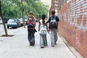 Niños, camino del colegio.