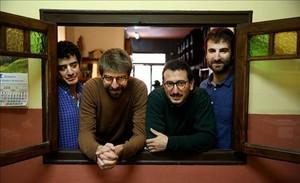 En el bar Manolo se asoman a la ventana Roger Padilla, Guillem Gisbert, Arnau Vallvé y Martí Maymó.