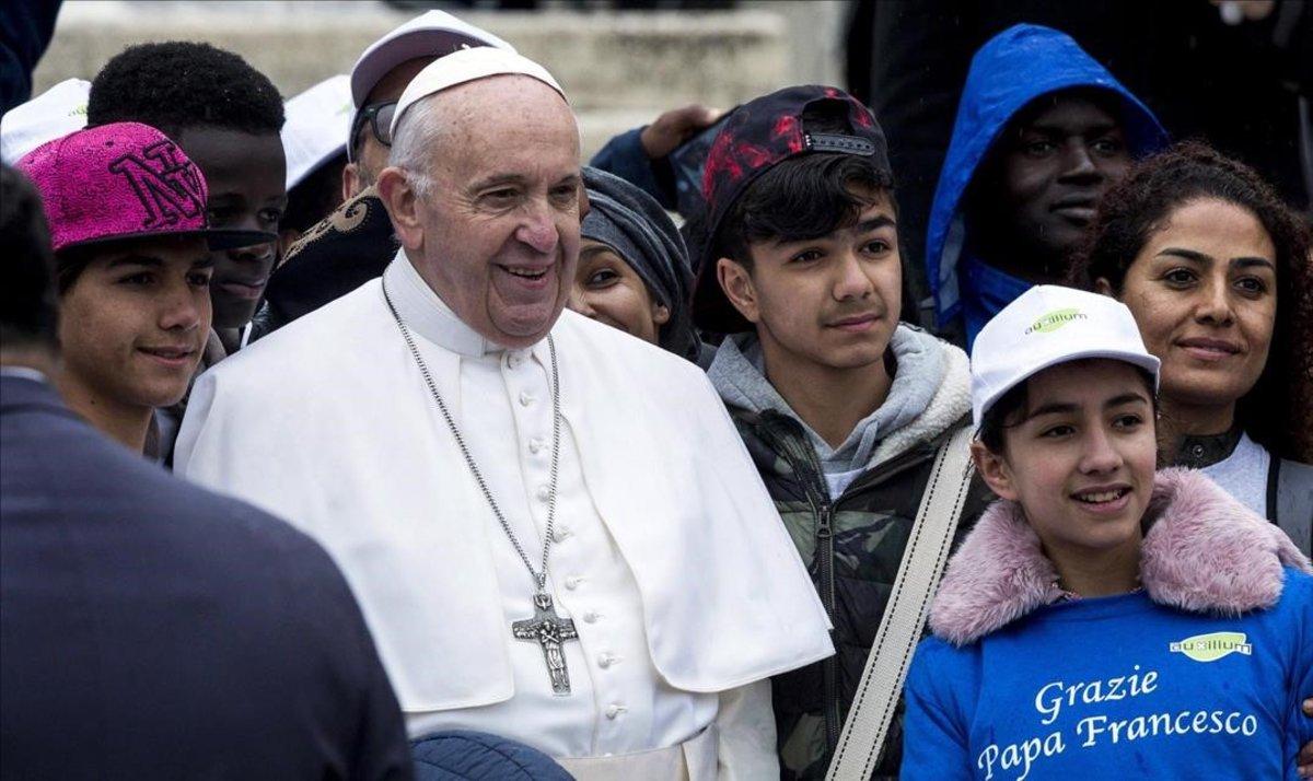 El Papa, rodeado de niños, esta semana, en el Vaticano.