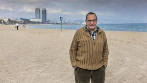 El pare Manel posa en la playa de la Barceloneta, que el religioso ha escogido para el Museo Imaginario de On Barcelona.