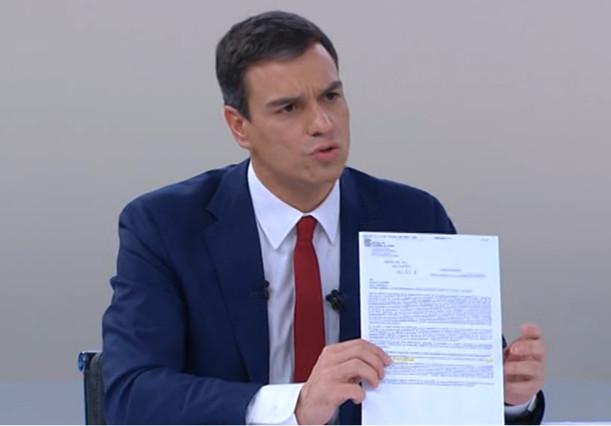 Pedro Sánchez, durante el cara a cara, mostrando la carta que la Junta de Castilla y León envío a Carmen Albillo.