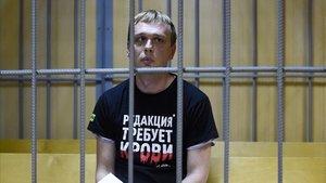 El periodista ruso Iván Golúnov comparece ante un juez de Moscú tras se examinado en el hospital, este sábado.