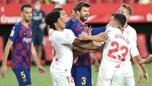Piqué discute con Reguilón durante el Sevilla-Barça en el Sánchez Pizjuán.