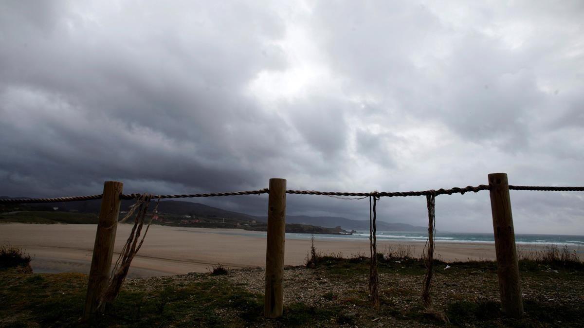 Vista de la playa de Sabónen la localidad coruñesa de Arteixo, este sábado, a la espera de la borrasca Ana.