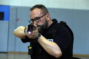 Un policía local, con una pistola Taser.