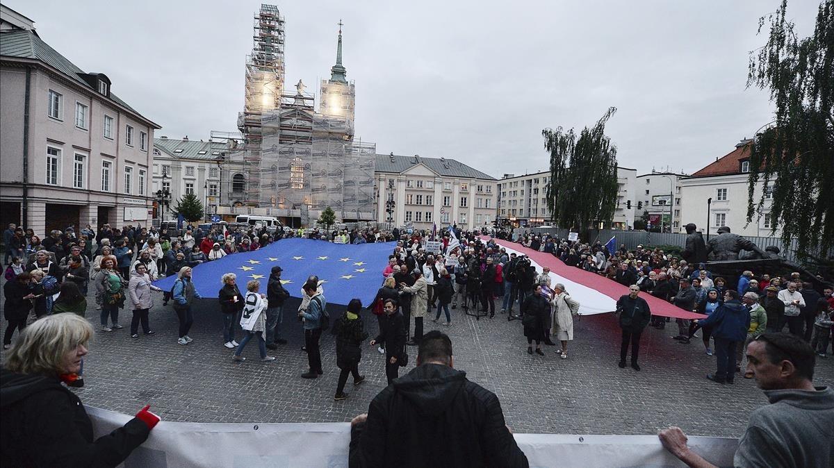 Concentración en Varsovia contra la nueva legislación que reduce la edad de jubilación de los jueces del Tribunal Supremo.