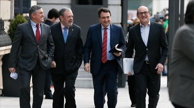El portavoz del PNV, Aitor Esteban, acompañado de otros diputados al llegar la pleno del Congreso