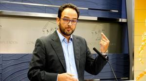 El portavoz parlamentario del PSOE, Antonio Hernando, este viernes tras registrar en el Congreso la petición para constituir una comisión de investigación del caso Bárcenas.