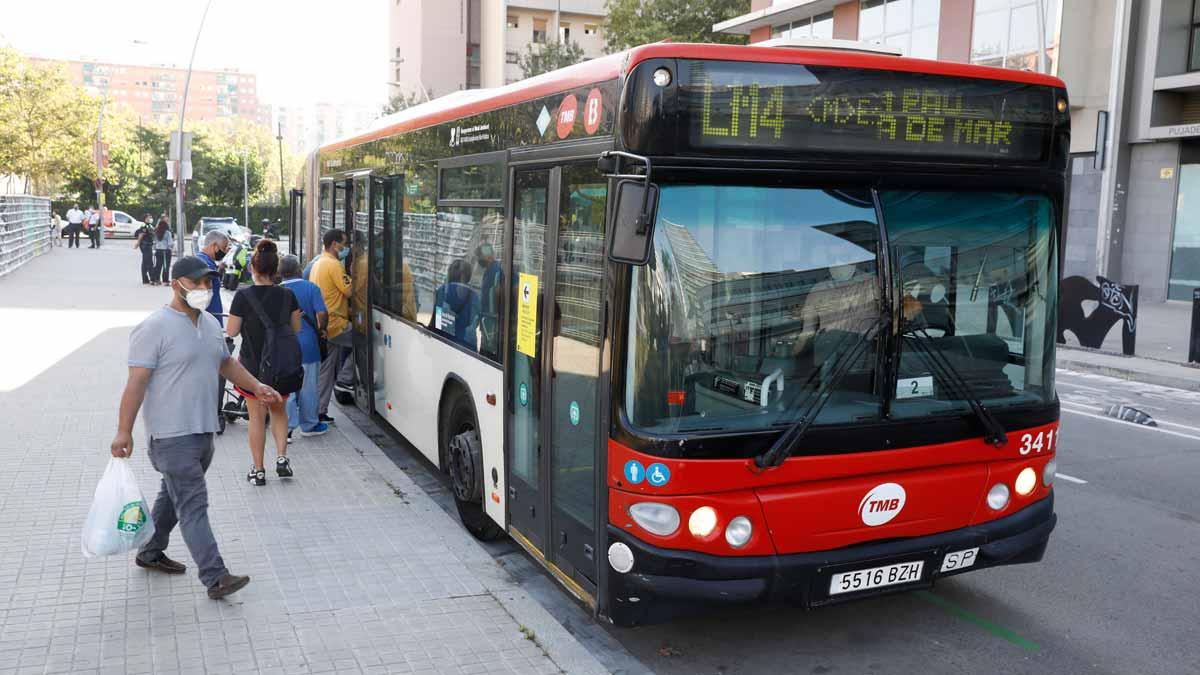 Primer día de cortes en la L4 del metro entre Selva de Mar y La Pau. En la foto, uno de los autobuses que llevan a los pasajeros entre las estaciones fuera de servicio.