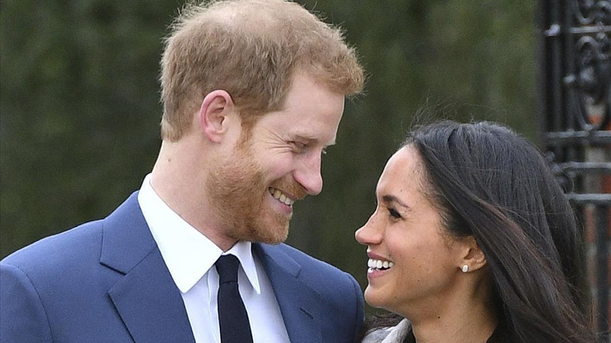 El príncipe Enrique y Meghan Markle, este lunes, tras anunciar su compromiso.