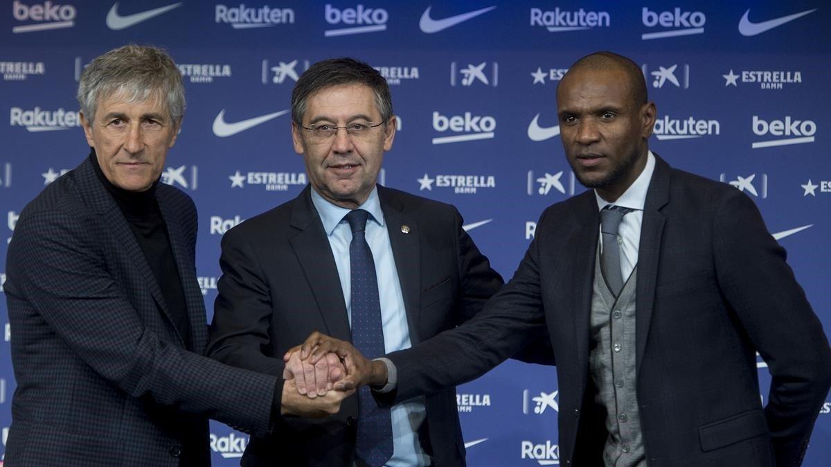Quique Setién, Josep Maria Bartomeu y Eric Abidal, en la presentación del cántabro como nuevo entrenador del Barça
