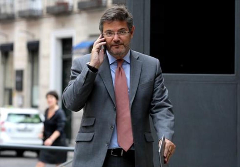 Rafael Catalá habla por teléfono, el miércoles, en el Congreso.