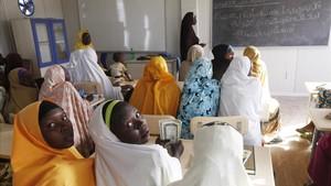 Un grupo de niñas desplazadas después de que Boko Haram atacara su pueblo asisten a una escuela en la ciudad de Maiduguri, Nigeria.