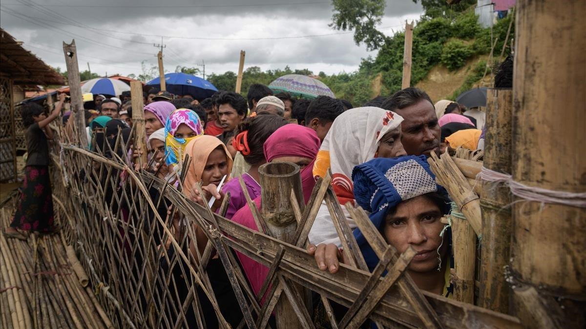 Refugiados rohingya esperando la ayuda médica en el campo de refugiados de Balukali, en Bangladés