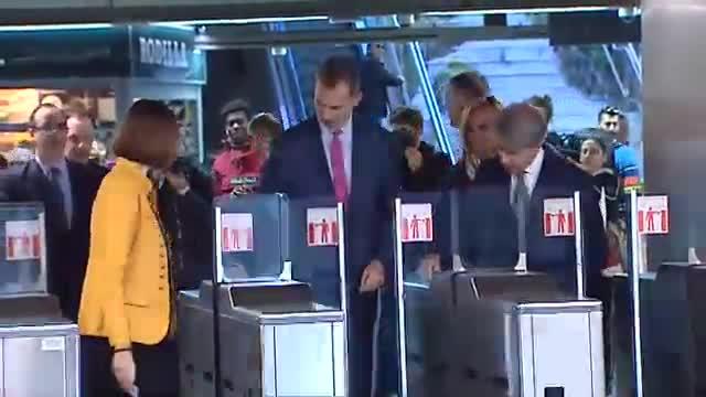 El rey Felipe VI recorre la línea de Metro que su bisabuelo inauguró hace 99 años.