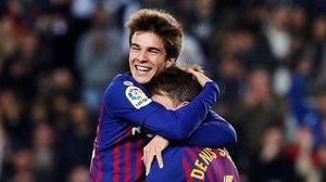 Riqui Puig se abraza a Denis Suárez en el partido contra la Cultural del pasado diciembre.