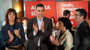 La candidata socialista Idoia Mendia, Pedro Sánchez, la ministraIsabel Celaay el diputado Patxi Lopezen un acto delPSOEPSE-EEen noviembre del 2019.