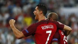 Cristiano Ronaldo celebra junto a Quaresma el pase a las semifinales en la tanda de penaltis.