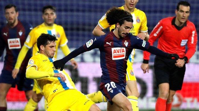 Javi López y Cucurella pugnan por un balón en Eibar.
