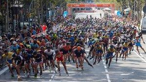 Numerosos patinadores disputan este domingo el maratón de los Wolrd Roller Games por el centro de Barcelona.