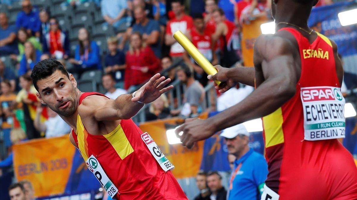 Samu García recibe el testigo de Darwin Andrés Echeverry durante las series del 4x400.