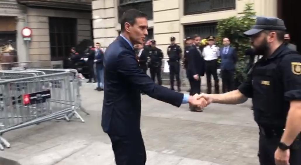 El presidente del Gobierno, Pedro Sánchez, a su llegada a Via Laietana.