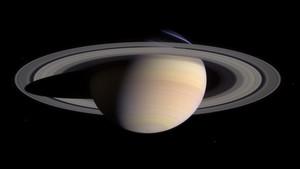 Composición de dos imágenes tomadas por la nave espacial Cassini muestra una amplia vista de Saturno
