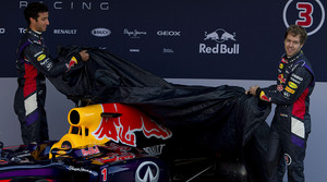 Sebastian Vettel (derecha), actual campeón del mundo, y Danielle Riccirardo descubren el nuevo monoplaza RB10 del equipo Red Bull, en el circuito de Jerez.
