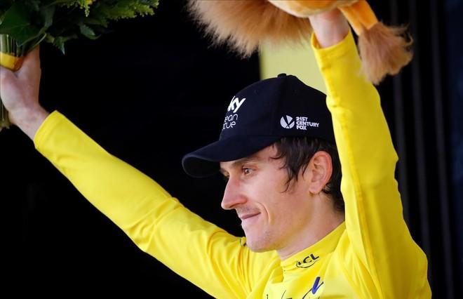 Geraint Thomas, el podio de La Rosière con el jersey amarillo.