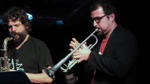 Sergi Sirvent (derecha) y el saxofonista Miguel Pintxo Villar, en la sala Sinestèsia