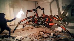 Sergio Odeith, frente a uno de sus arácnidos 3D.